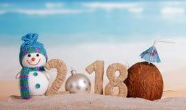Inscripción 2018, bola del Año Nuevo de la Navidad blanca en vez del numbe Foto de archivo