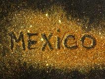 Inscripción borrosa México en chispa de oro del brillo en fondo negro imagen de archivo libre de regalías