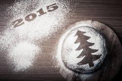 Inscripción 2015 con el árbol de navidad del pan de jengibre con un modelo Imagen de archivo libre de regalías