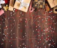 Inscripción con la caja de regalo de vacaciones de la Navidad del Año Nuevo de la guita 2018 en la tabla festiva adornada Fotos de archivo libres de regalías