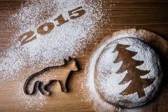 Inscripción 2015 con una forma un zorro y una Navidad t del pan de jengibre Foto de archivo libre de regalías