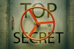 Inscripción de alto secreto en de la puerta hermética Fotos de archivo libres de regalías