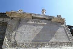 Inscripción de Herculano Italia y estatua antiguas de Nonius Balbus fotografía de archivo