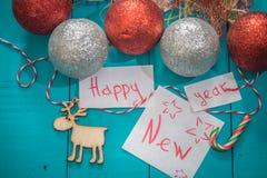 inscripción de la Feliz Año Nuevo en fondo de madera Fotos de archivo