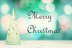 Inscripción de la Feliz Navidad con el árbol de navidad del mentol con gol Imágenes de archivo libres de regalías