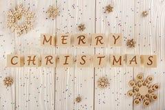 Inscripción de la Feliz Navidad en los cubos en el backgro de madera blanco Imagen de archivo