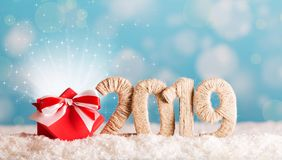 Inscripción 2019 de la Navidad y magia mágica de la caja en la nieve imagenes de archivo