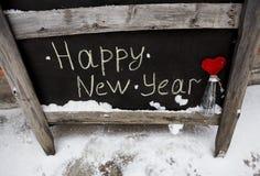 Inscripción de la tiza del Grunge en la Feliz Año Nuevo del tablero Imagen de archivo libre de regalías