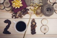 inscripción 2018 de los granos de café, de la taza, de flores secas y de rebanadas de madera con las decoraciones de la Navidad Foto de archivo
