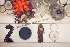 inscripción 2018 de los granos de café, de la taza, de flores secas y de rebanadas de madera con las decoraciones de la Navidad Fotografía de archivo libre de regalías