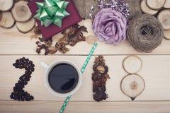 inscripción 2018 de los granos de café, de la taza, de flores secas y de rebanadas de madera con las decoraciones de la Navidad Imagen de archivo libre de regalías