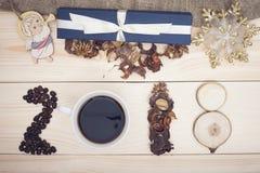inscripción 2018 de los granos de café, de la taza, de flores secas y de rebanadas de madera con las decoraciones de la Navidad Fotografía de archivo