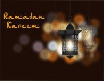 Inscripción de Ramadan Kareem Tres linternas en estilo oriental Contra la perspectiva de luces coloreadas Ilustración