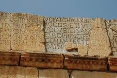 Inscripción dedicatoria - ciudad romana de Volubilis en Marruecos foto de archivo