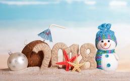 Inscripción 2018 del Año Nuevo, muñeco de nieve y bola de la Navidad blanca, coc Imágenes de archivo libres de regalías
