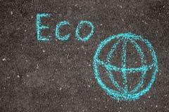 Inscripción Eco en el asfalto con la tierra del planeta fotografía de archivo