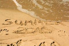 Inscripción en el verano mojado 2016 de la arena Foto del concepto finales de las vacaciones de verano Imagen de archivo libre de regalías