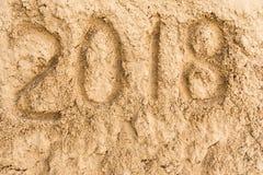 Inscripción 2018 en la arena amarilla Imagenes de archivo