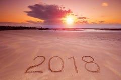 inscripción 2018 en la arena mojada de la playa Fotos de archivo libres de regalías