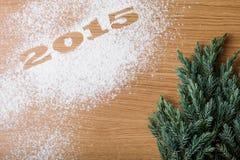 Inscripción 2015 en la harina y el árbol de navidad en una tabla de madera Fotos de archivo