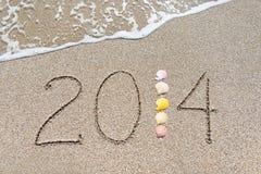 Inscripción 2014 en la playa del arena de mar Imagen de archivo libre de regalías