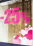 Inscripción en la ventana de la tienda, el descuento del 25 por ciento y el hea rosado Fotografía de archivo