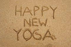 Inscripción en yoga feliz de la costa de la arena nueva Foto de archivo
