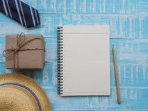 Inscripción feliz del día del ` s del padre con el lazo colorido, caja de regalo, sombrero, imagen de archivo