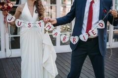 Inscripción hermosa de la boda apenas casada Cartel de la belleza del primer Accesorios nupciales y del novio Detalles para la bo Fotografía de archivo libre de regalías