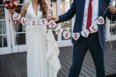 Inscripción hermosa de la boda apenas casada Cartel de la belleza del primer Accesorios nupciales y del novio Detalles para la bo Imágenes de archivo libres de regalías