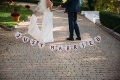 Inscripción hermosa de la boda apenas casada Cartel de la belleza del primer Accesorios nupciales y del novio Detalles para la bo Imagen de archivo libre de regalías