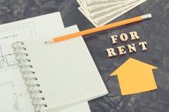 Inscripción para el alquiler, libreta y dinero en plan de vivienda, casa de alquiler o concepto plano foto de archivo libre de regalías