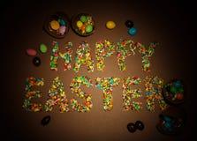 Inscripción Pascua feliz, alineada con los gránulos coloridos del azúcar, ch fotos de archivo