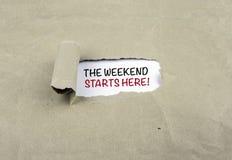 ¡Inscripción reveladora en el papel viejo - el fin de semana comienza aquí! Imágenes de archivo libres de regalías