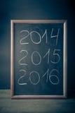 Inscripción 2014 tiza 2015 2016 en una pizarra Foto de archivo libre de regalías