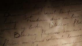 Inscripciones abstractas en fondo marrón de papel del vintage. Tiro de la cacerola.