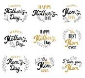 Inscripciones de las letras de día de madres con las insignias Fotos de archivo libres de regalías