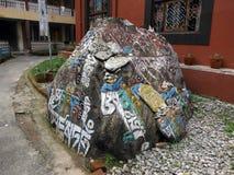 Inscripciones en una roca en un campamento de refugiados tibetano Fotografía de archivo libre de regalías