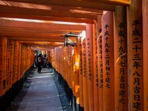Inscripciones y gente en la galería de Torii de Inari imagen de archivo libre de regalías