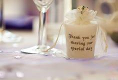 Inscripted-Kerze auf Hochzeitstafel Stockbilder