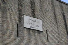 Inscription antique sur le mur, mur de briques, signes antiques, fond, textes romains images libres de droits
