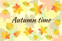 Inscription Autumn Time et un collage des feuilles d'automne Photos stock