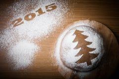 Inscription 2015 avec l'arbre de Noël de pain d'épice avec un modèle Images stock