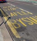 Inscription bilingue de ruelle d'arrêt d'autobus photos libres de droits