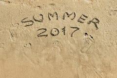 Inscription 2017 d'été sur le plan rapproché de sable Photos stock
