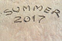 Inscription 2017 d'été sur le plan rapproché de sable Photographie stock