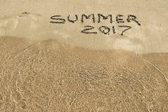 Inscription 2017 d'été sur le plan rapproché humide de sable Images stock