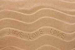 Inscription d'amour sur le sable onduleux Image stock