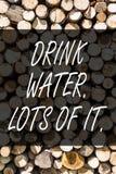 Inscription d'un bon nombre de l'eau de boissons d'apparence de note de lui Liquides potables de présentation de photo d'affaires images libres de droits
