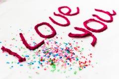 Inscription dans les lettres tricotées sur un fond blanc Isolat de jour du ` s de St Valentine Photo stock